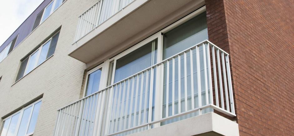 Klasiek model balustrade. recht stijlen, opening onderaan.